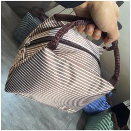 Túi giữ nhiệt cho hộp đựng thức ăn Komeki Japan 31x22x11cm - Kẻ sọc có khóa kéo