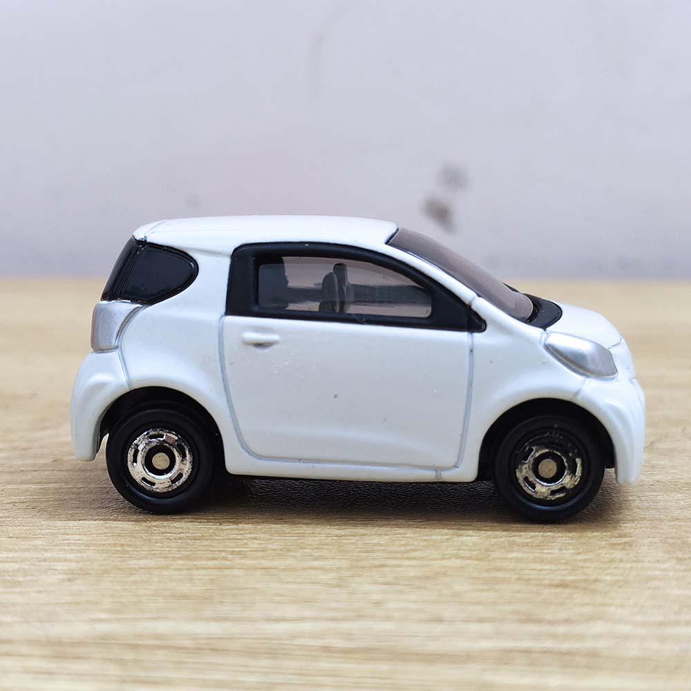 Xe ô tô mô hình Tomica Toyota IQ trắng No.28