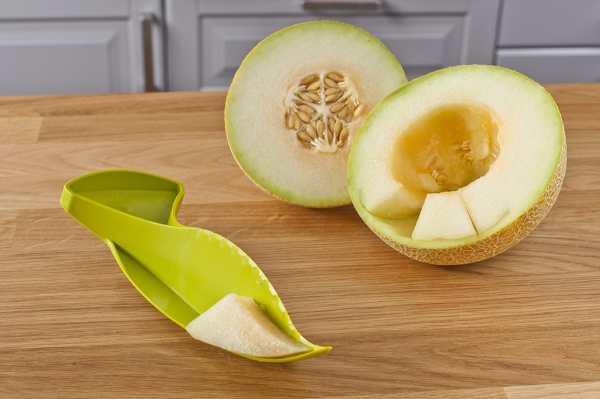 Dao nhựa cắt và bỏ ruột dưa Melon Slicer KM-1333 hàng Nhật