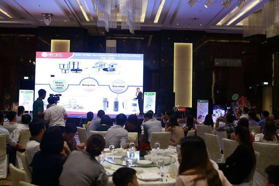 Ông Hoàng Khắc Lực - Giám đốc Kinh doanh Toàn quốc Elmich tại Việt Nam giới thiệu sản phẩm mới