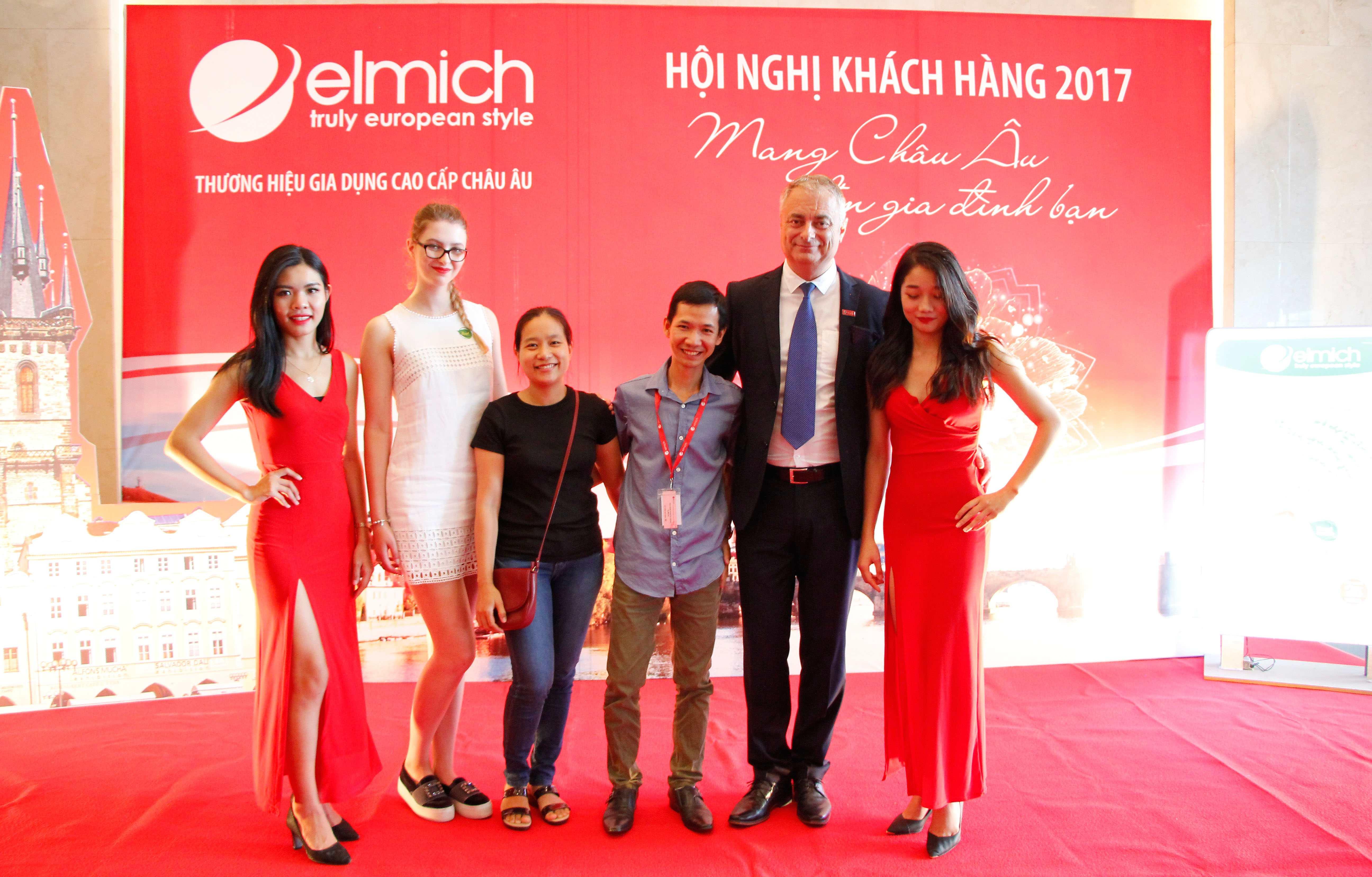 Đại diện Săn Hàng Rẻ chụp ảnh lưu niệm cùng Ông Milan Novosad - Phó Chủ tịch Tập đoàn Elmich Châu Âu